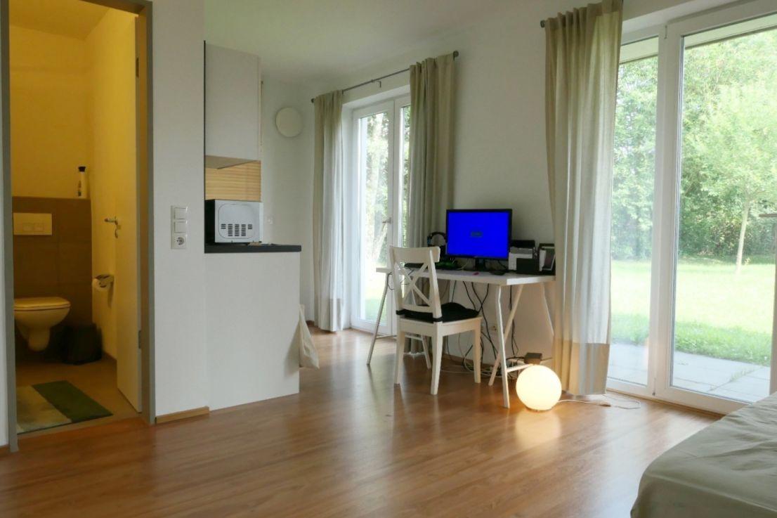 heller Wohnraum -- Uninah - 1 Zimmer Kubox-Appartement mit Terrasse und Einbauküche