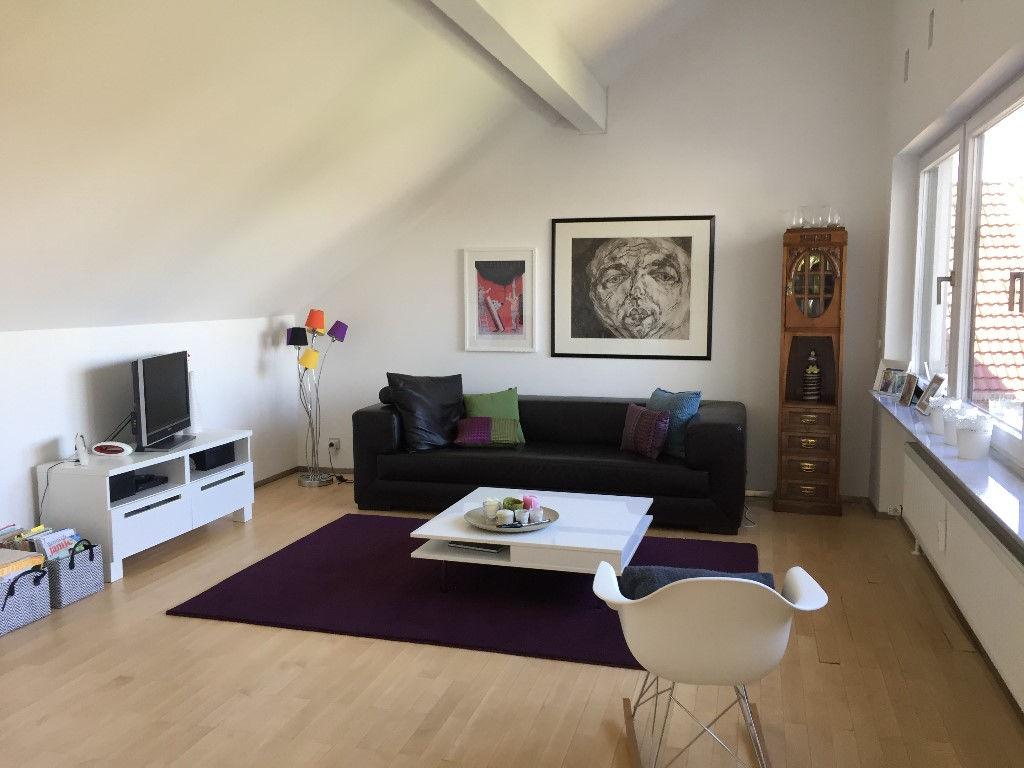 Wohnzimmer -- Freundliche 4-Zimmer-Maisonette-Wohnung mit Balkon und Einbauküche in Heilbronn
