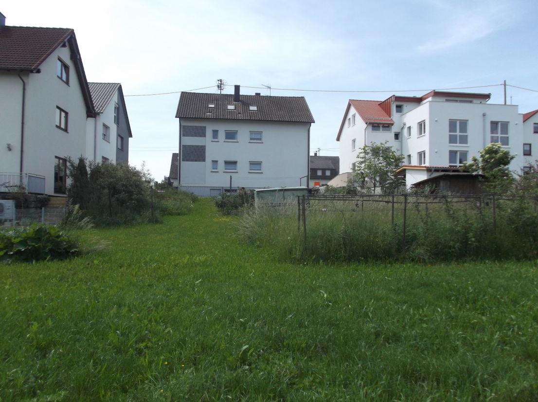 rückw. Ansicht Bauplatz -- 3-Familienhaus und bebaubares Grundstück, Garagen, auf insgesamt 905m Grundfläche in Gärtringen!