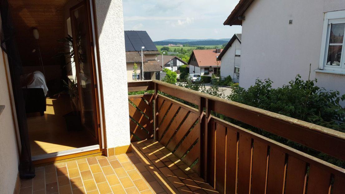 Ausblick -- Gemütliche 2-Zimmer-Dachgeschosswohnung mit Balkon und Einbauküche in Affalterbach (Kreis LB)