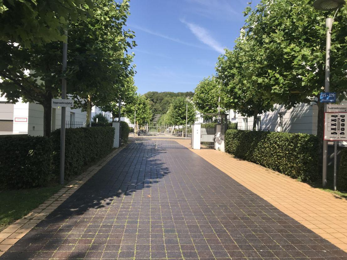 wunderschöner Eingang -- Leben in einer der schönsten Münchener Wohnanlagen