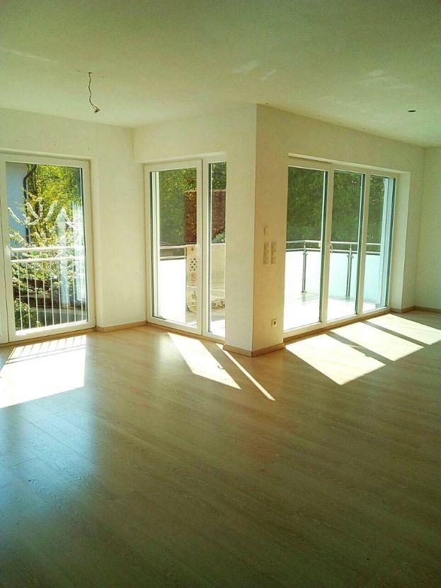 Blick Essbereich auf Balkon -- Moderne, neuwertige Wohnung auf zwei Etagen in ruhiger Lage