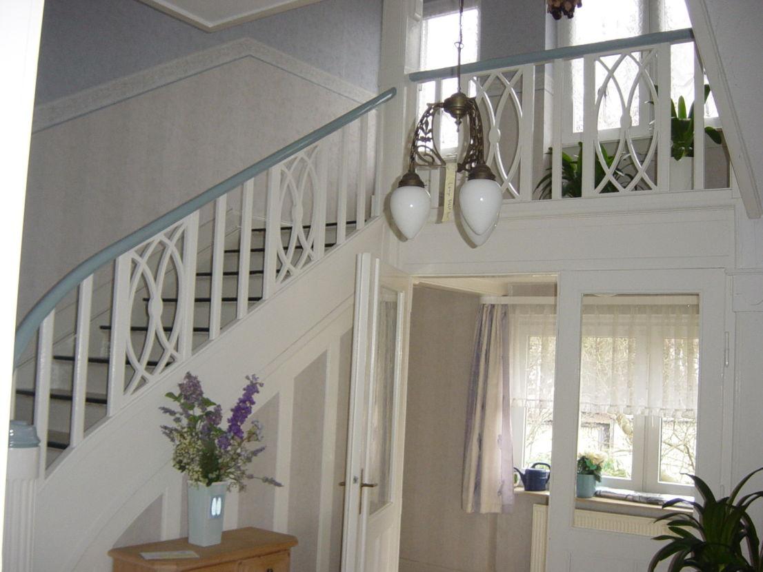 Treppenaufgang Diele unten -- Großzügige Jugendstilvilla zum Wohnen/Arbeiten