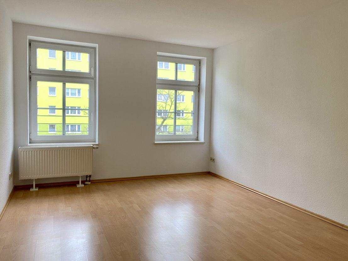 Schlafzimmer -- Helle 2-Zimmer-Wohnung in Neustadt mit EBK u. Stellplatz, 1 Monat mietfrei