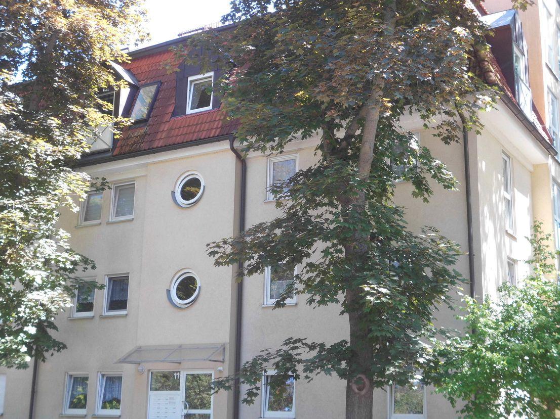 Hausansicht -- **geräumige 4- Raum Wohnung am Schwanenteich mit Balkon und Tiefgaragenstellplatz **