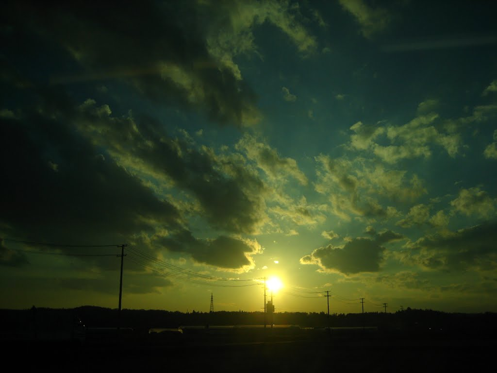 Sun is caught in wire and doesn't set. /電線に引っ掛かった太陽