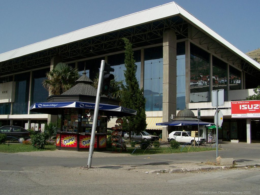 The main station of Mostar. But despite of the impressive size, there are only a view trains... -rolo 2006-