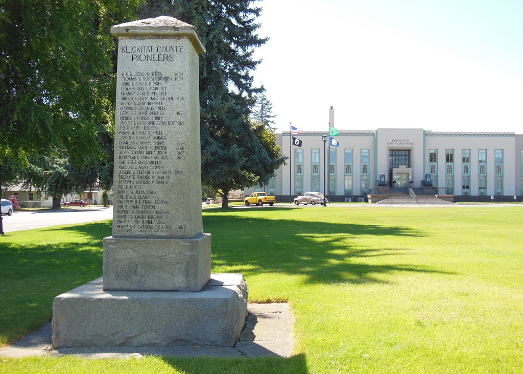 Klickitat County Court House and the Pioneers' memorial (Goldendale, WA)