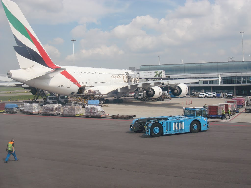 Emirates airplane at Amsterdam Airport Schiphol 20150819-08