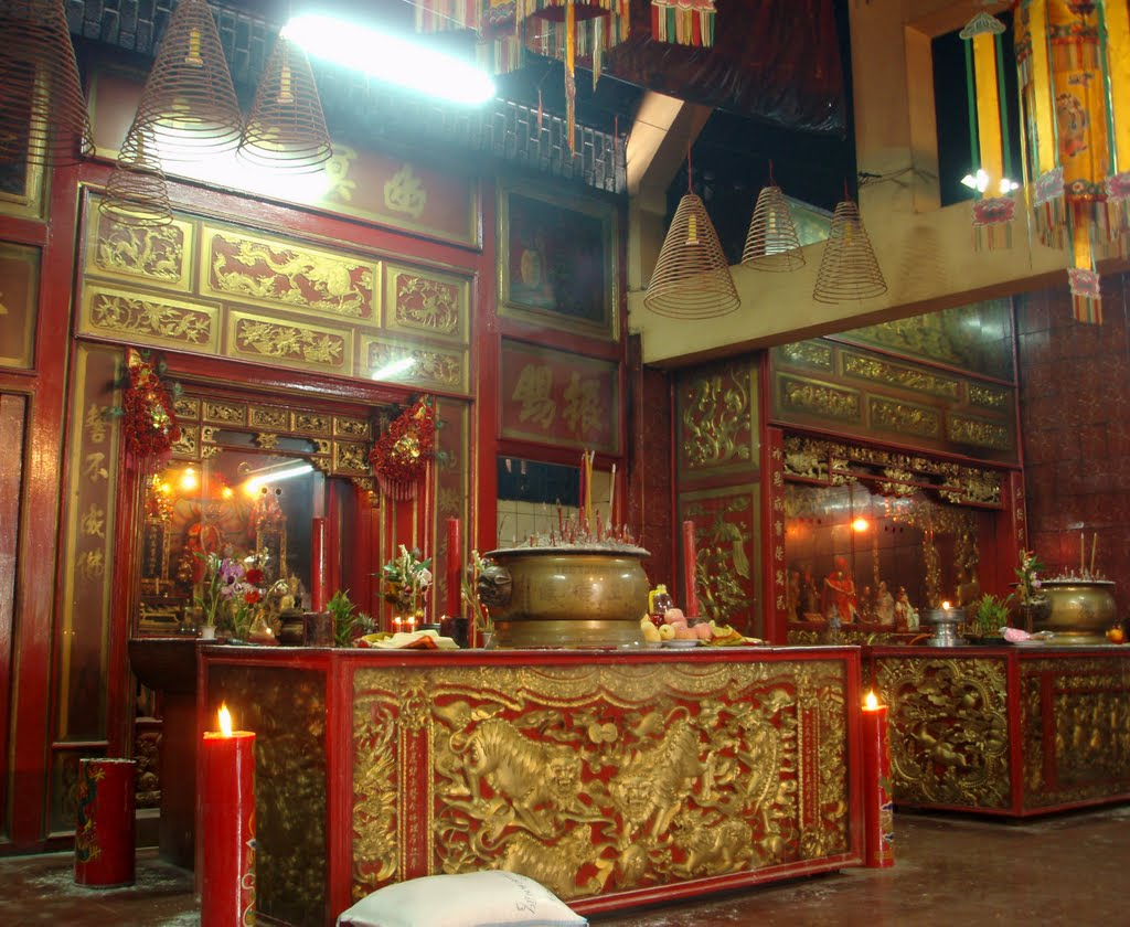 Interior of chinese temple in Jin De Yuan complex