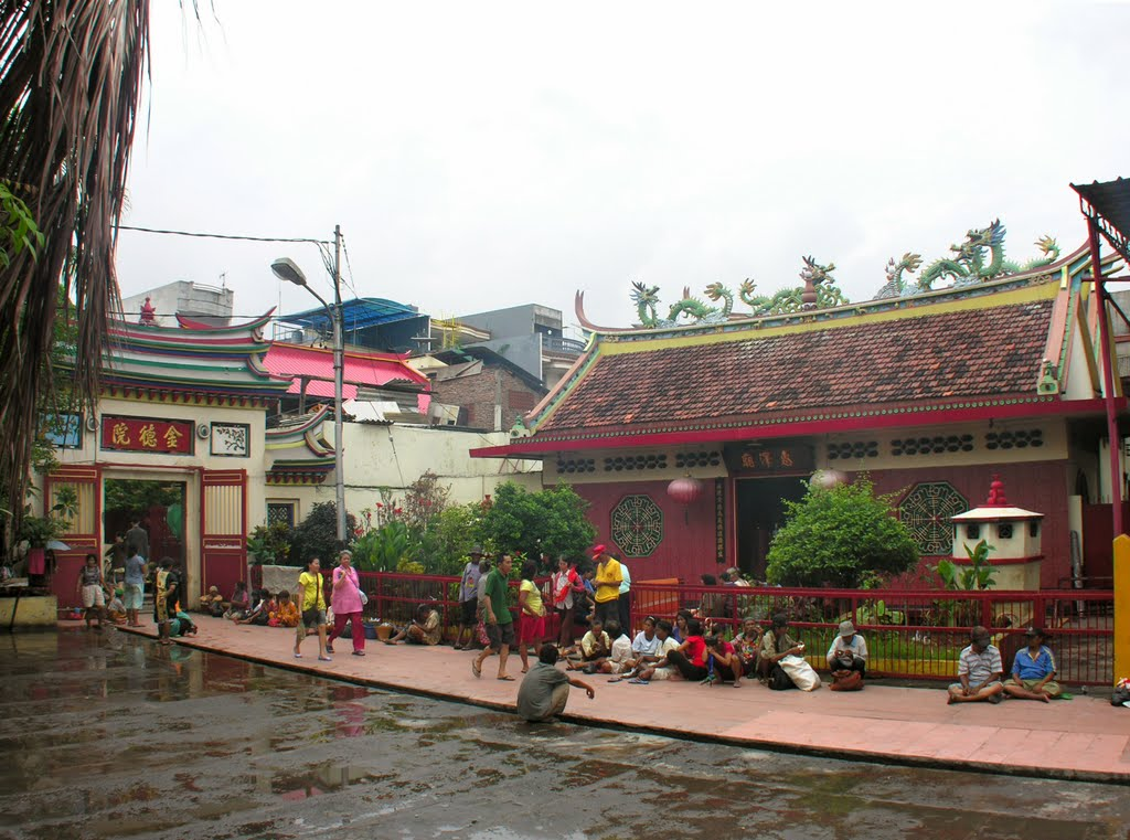 Inner court of Jin De Yuan chinese temple complex