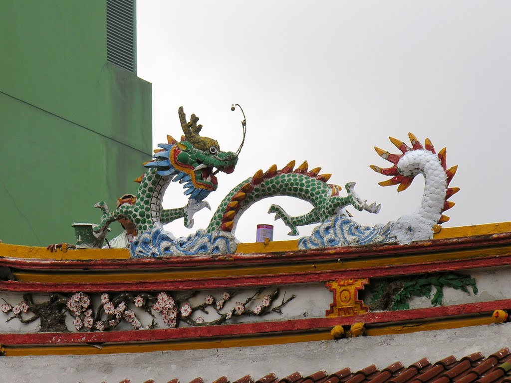 Decorative dragon on the roof of chinese temple Jin De Yuan