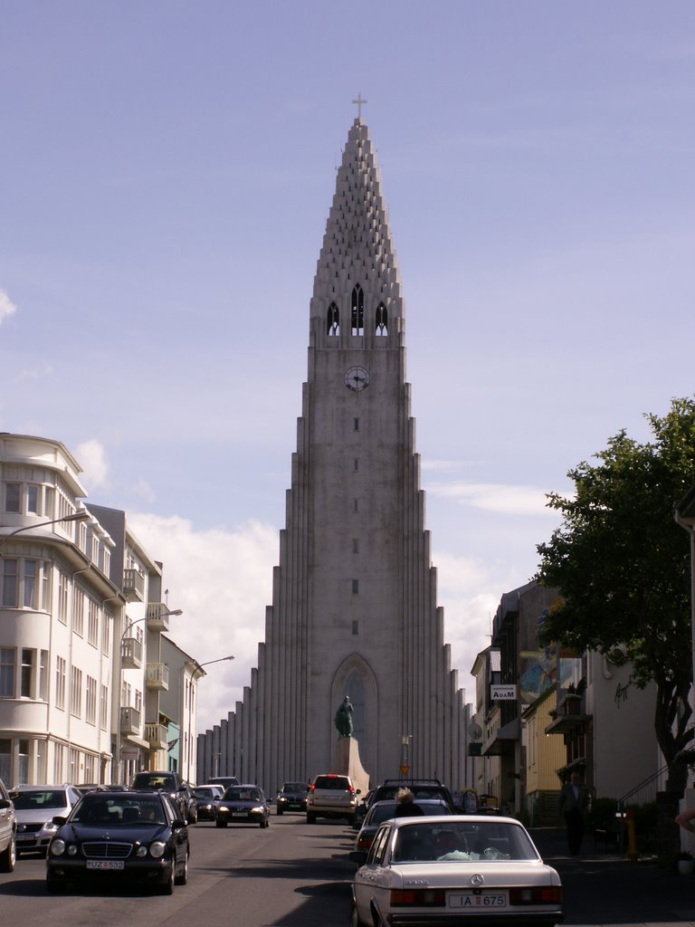 Hallgrims cathedral with Leifur Eiriksson