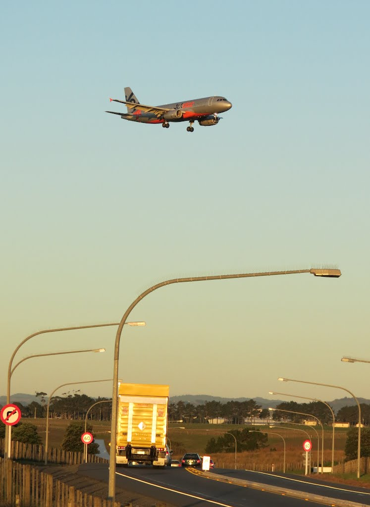 Plane spotting near Auckland airport (AKL), with highway (Puhinui Road) & JetStar A-320 - North Island, New Zealand.