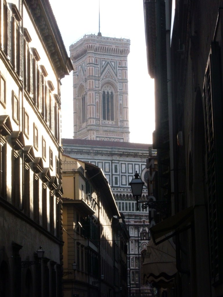Firenze: Giotto's Belfry of Santa Maria del Fiore Cathedral from Via Cavour