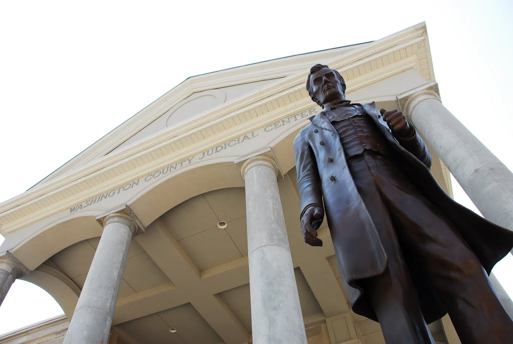 Abraham Lincoln statue in front of the county courthouse in Springfield, Ky, where Abe's mother came from.  Kentucky, which was not aligned with the confederacy, was the proud home to chief commanders of both the North and South. Abe was born a couple of c