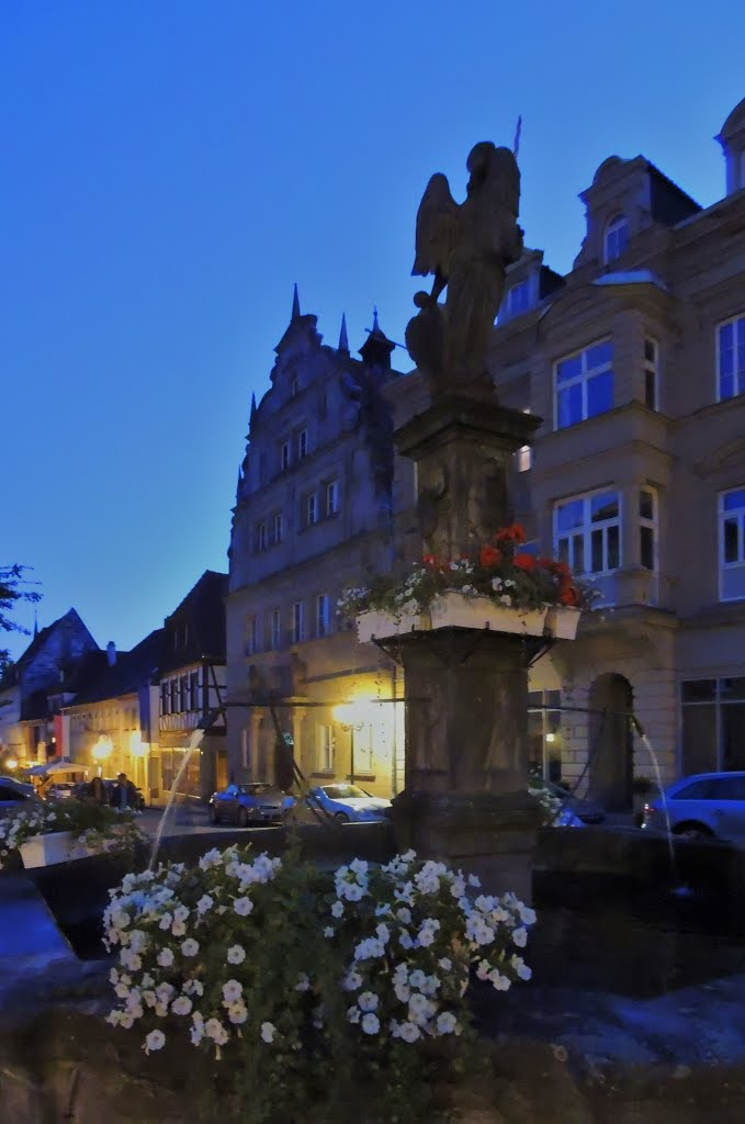 Michaelsbrunnen und altes Rathaus Kronach in der Abenddämmerung  - ** Michael Fountain and Old Town Hall Kronach in the evening twilight