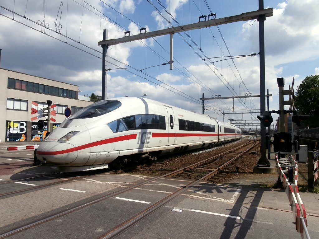 What a suprise, a German ICE is passing Hilversum station.